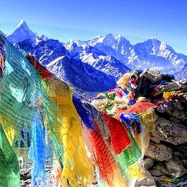 Drapeaux de prières tibétains, tentures, broderies, objets rituels bouddhistes...