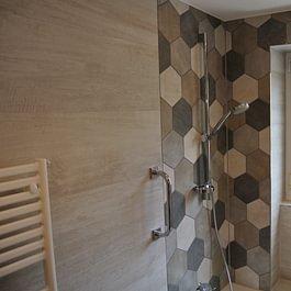 Badsanierung mit Platten in Holzoptik und 6 Eckplatten