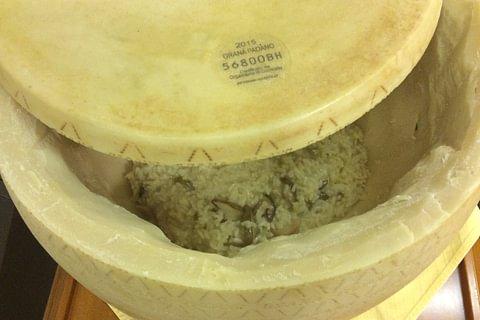 Risotto au bolets, servie dans la meule du Grana Padano