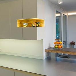 Küchenmöbel mit beleuchteter Nische