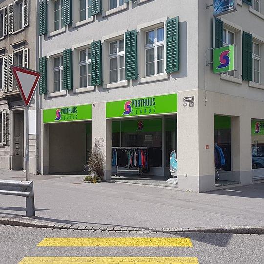 Uns finden sie direkt an der Hauptstrasse im Spielhof 14a in Glarus