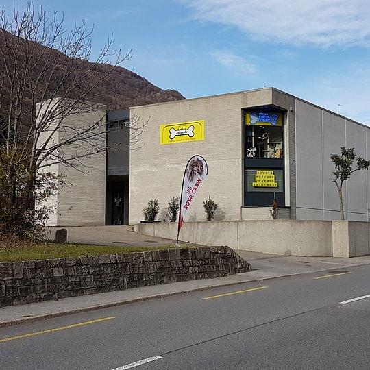 600 m2  di superficie di vendita, a 400 m uscita autostradale, parcheggi a disposizione, online shop consegna gratuita