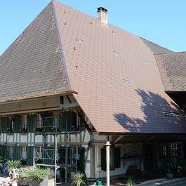 Eterniteindeckung bei Bauernhaus in Willadingen.