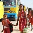 Indische Patenkinder auf dem Weg zur Schule.