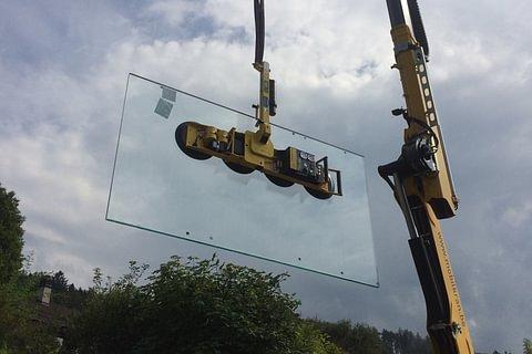 Glasmontagen mit Vakuumsauger