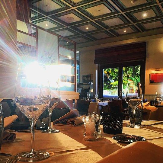 Un hotel restaurant remplis de soleil