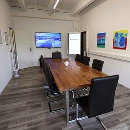 Meetingraum für Kundenworkshops mit 4K-Display und digitalem Flipchart
