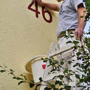 Aufmalen einer Hausnummer