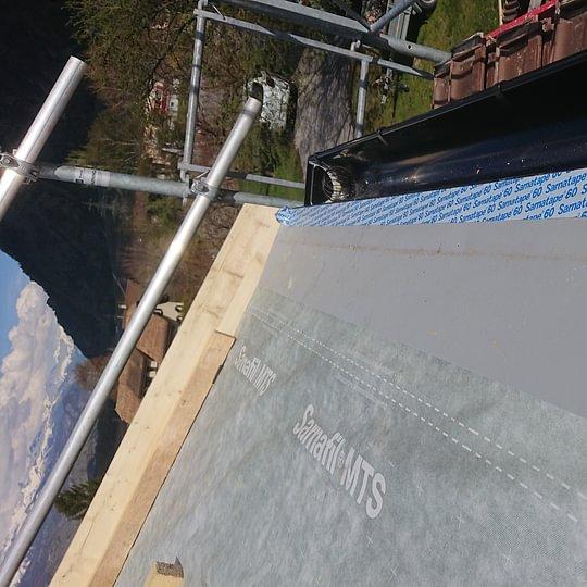 Raccord à la bavette de sous-couverture (membrane anti-UV)