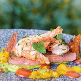 Surf 'n' Turf Sous-vide gegartes Flanksteak (CH) mit Riesenkrevette (FOS), Erbsencreme, Mangochutney und geräucherter Paprika-Salsa.