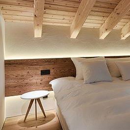 Durch warme Farbakzente und einer integrierten LED-Beleuchtung wird das Schlafzimmer zur Wohlfühloase.