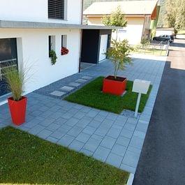 Lattion & Veillard / Paysagiste / Aménagements d'un construction neuve avec pavage et pots décoratifs