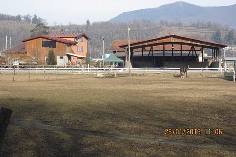 Ranch con maneggio coperto, 2 case con 6 appartamenti, stalla, terreno mq. 37'60