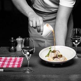 Raviole ouverte de céleri rave, veau à cru bouillon de crustacés à l'estragon
