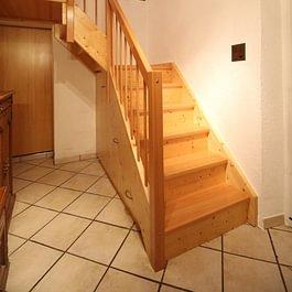 Escalier quart tournant et armoire encastrée