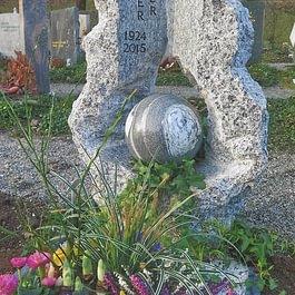Tessiner Gneis mit handgefertigter Kugel