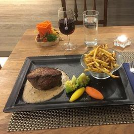 Pavé de cheval sauce poivre, frites maison et légumes