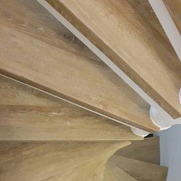 Offenliegende Treppe mit Vinyl