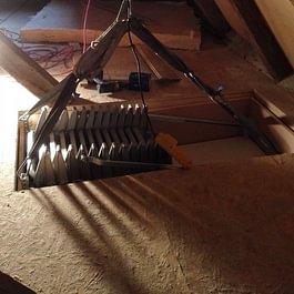 Pose d'un escalier escamotbale (trappe), avec marche à accordéon métallique, à Pomy