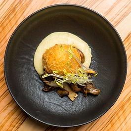 gebackenes ei/ zitronen-kartoffel-creme / getrüffeltes pilzragout