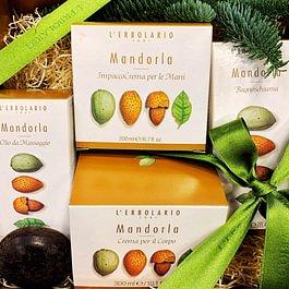 Mandorla: Un dolce frutto, che vanta innumerevoli virtù (vitamine A, B ed E, sali minerali, amidi, e altro ancora), che aiutano la pelle grazie alla loro azione nutriente, idratante e restitutiva.