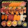 Vassoio misto fatto su richiesta di un cliente. Sashimi misto, rainbow rols, mix di nighiri, tris di tartar.