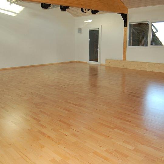 une salle accueillante, silencieuse et lumineuse