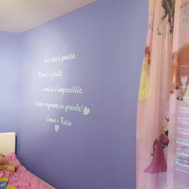 Cameretta bimba, scritta su muro