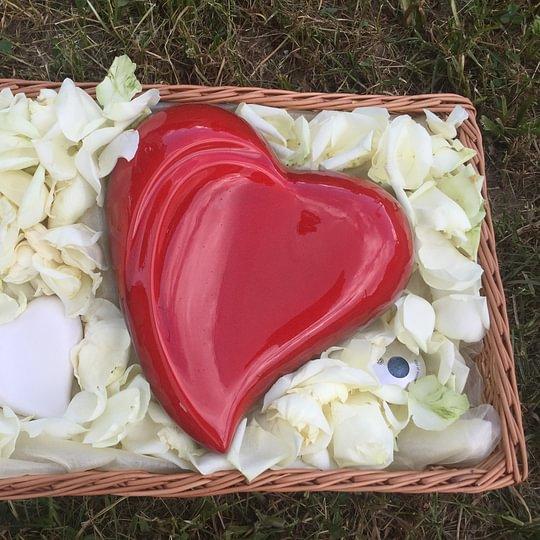 Übergabe der Urnen an die Angehörigen. Gerne übernehmen wir für Sie das Abholen der Urne im Krematorium und bringen diese zu Ihnen nach Hause oder zu den Trauerfeierlichkeiten.