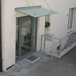 Glasvordach mit Wandaufhängung