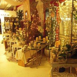 Weihnachtsdekorationen im Blumenshop