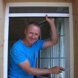 Rolf Fahrni bei der Arbeit, Fensterrollo für die flexible Anwendung