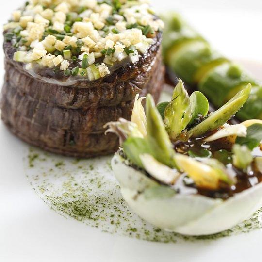 Cœur de filet de bœuf suisse, lard de Colonnata et asperges vertes