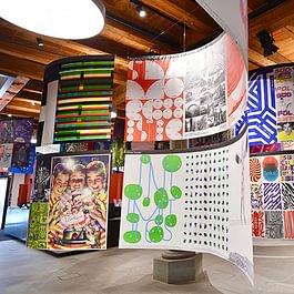 Peng Peng, Ausstellung mit beidseitig bedrucktem Stoff