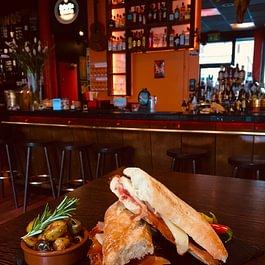 Mo- Fr, Mittagstisch in der Torobar. Sandwich/ Bocadillo ab 13.50.- oder ein Menü mit Vor-/Hauptspeise für 19.50. Beides inkl. Getränk.