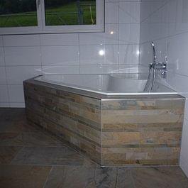 Ein pflegeleichtes Bad dank Plattenbelägen von Oberhänsli.
