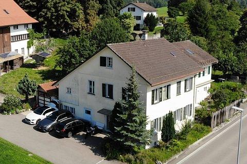 Einseitig angebautes Zweifamilienhaus mit Potenzial