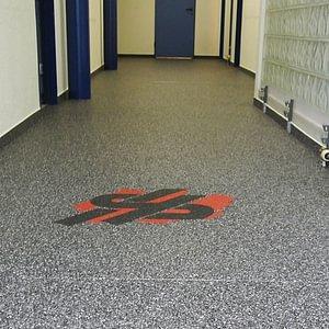 Steinteppich im Eingangsbereich mit Firmenlogo