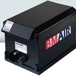 Kabinenschutzbelüftungsanlage BMair sorgt für saubere Atemluft. Verwendung auf Erdbewegungsmaschinen u. anderen Fahrzeugen, die in Bodensanierungs- oder Abrissarbeiten eingesetzt werden
