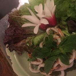 Salade de calamars aux feuilles de menthe