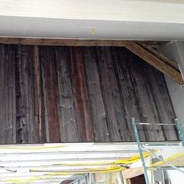 Réalisation d'une paroi en vieux bois dans une rénovation d'appartement, à Essert/Champvent