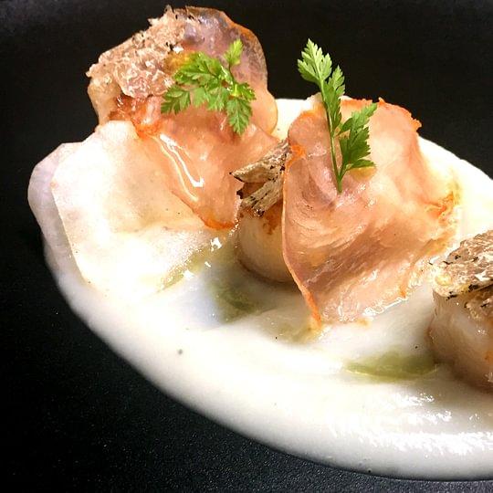Noix de Saint-Jacques rôties crème de topinambour et Lomo ibérico