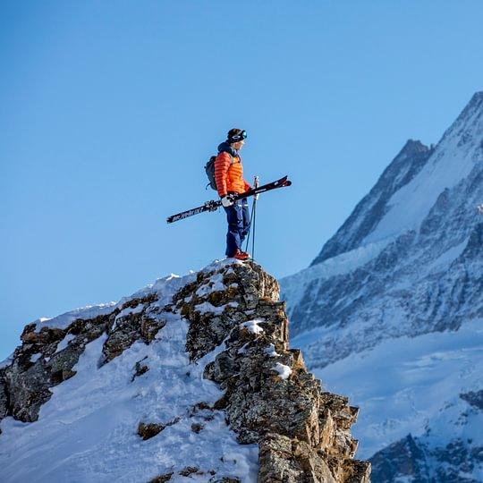 Backdoor Grindelwald Skitouring, im Hintergrund das Schreckhorn mit 4078 m.ü.M