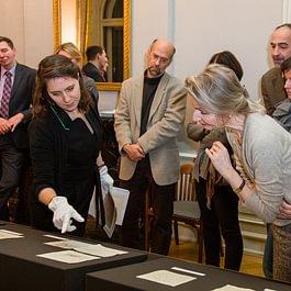 Mitarbeitende des Kunstarchivs stellen ausgewählte Bestände der Dokumentation und des Nachlassarchivs von SIK-ISEA vor