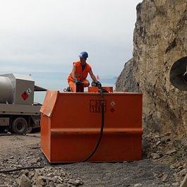 Livraison Diesel avec bus 4x4, dans citerne de chantier,accès difficile