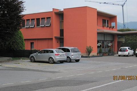Vendesi bella proprietà con Bar-ristorante,appartamento,2 Box, ampio parcheggio