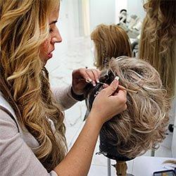 Zweithaar-Spezialistin Laila-Norma Aviolat knüpft Haar für Haar ein, um damit den perfekten Farbton für den Haarersatz zu erhalten