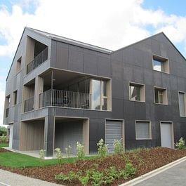 MFH mit integrierter Fassaden- und Dach-Photovoltaikanlage in Brütten