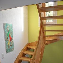 Treppenhaus in einem schönen grün gestrichen.