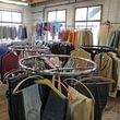 Eine Vielfalt an Kleidern, für jeden hat es das passende